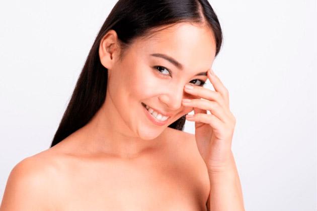 Vista una mujer con piel radiante: Productos Olimed