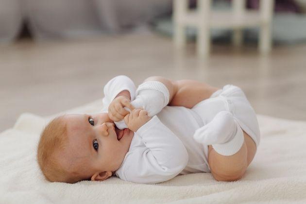 bebé después de aplicarle cosmética natural