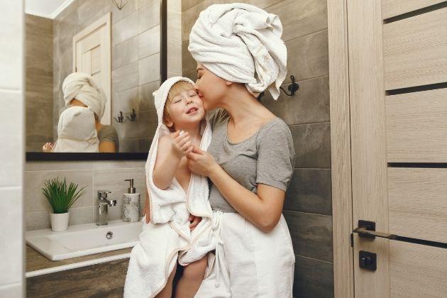 madre e hijo después del baño