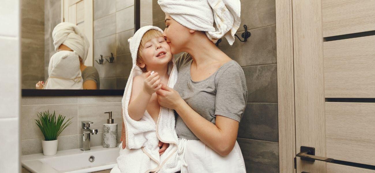 mama y bebe después de un baño