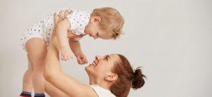 mama y bebe después de cuidar su higiene corporal